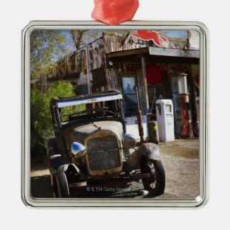 Camión antiguo en la tienda general en el adorno cuadrado plateado