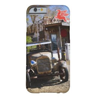 Camión antiguo en la tienda general en el funda barely there iPhone 6