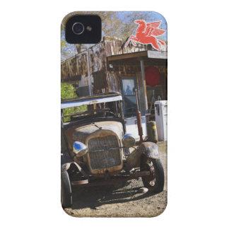 Camión antiguo en la tienda general en el funda para iPhone 4