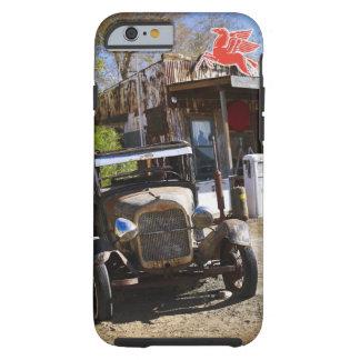 Camión antiguo en la tienda general en el funda resistente iPhone 6