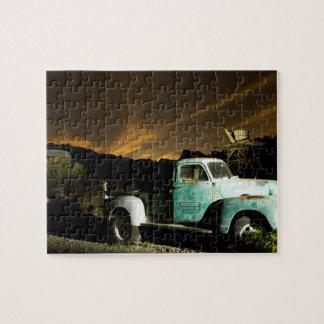 Camión antiguo en pueblo fantasma puzzles con fotos