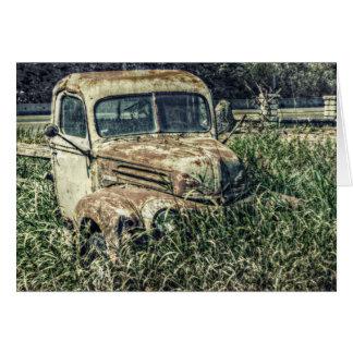 Camión antiguo viejo del batidor en hierba tarjeta de felicitación