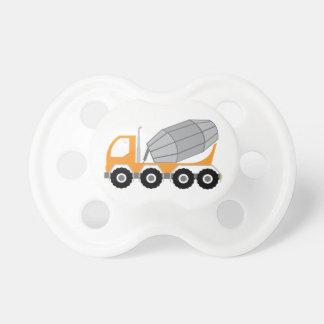 Camión del cemento chupete de bebe