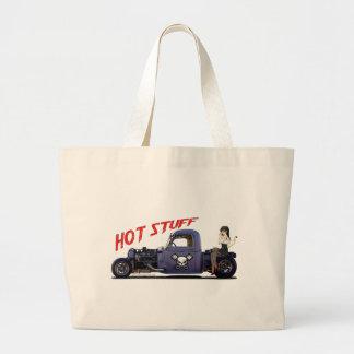 Camión del coche de carreras con un chica bolsas