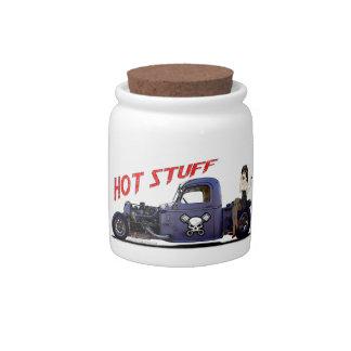 Camión del coche de carreras con un chica jarras para caramelos