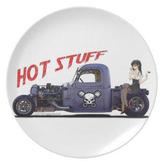 Camión del coche de carreras con un chica plato