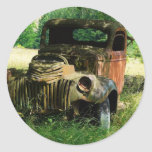Camión del vintage que aherrumbra lejos etiqueta redonda