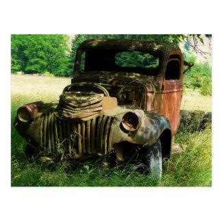 Camión del vintage que aherrumbra lejos postal