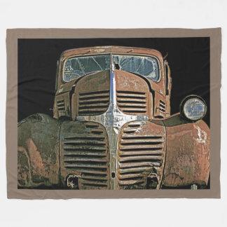 Camión oxidado con su frontera del color manta de forro polar