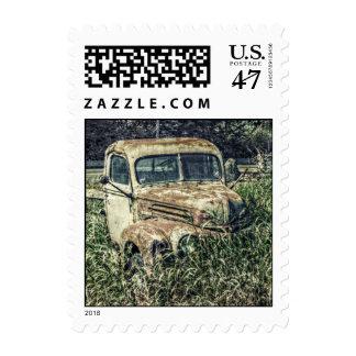Camión oxidado de la granja del vintage del timbre postal