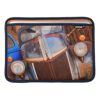 Camión oxidado viejo en una granja funda macbook air
