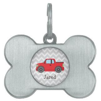 Camión rojo en las rayas grises y blancas de placas de mascota