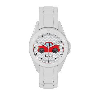 Camión rojo en las rayas grises y blancas de relojes de pulsera