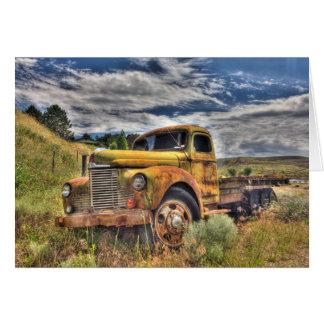 Camión viejo abandonado en campo tarjeta de felicitación
