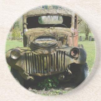 Camión viejo aherrumbrado del Junker Posavasos Diseño