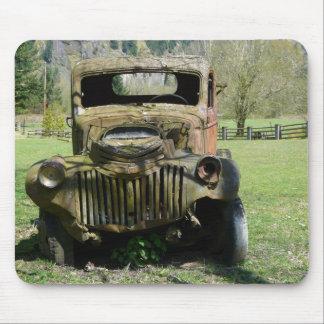 Camión viejo aherrumbrado del Junker Tapetes De Raton