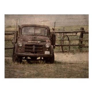 Camión viejo de la granja tarjeta postal
