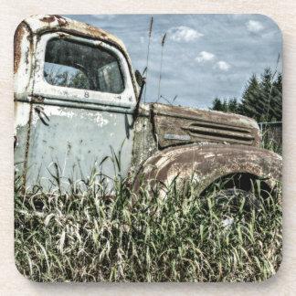 Camión viejo del batidor - vehículo oxidado de la  posavasos