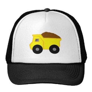 Camión volquete amarillo gorro de camionero