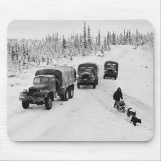 Camiones de Alaska de Dogsled y de ejército Alfombrillas De Ratón