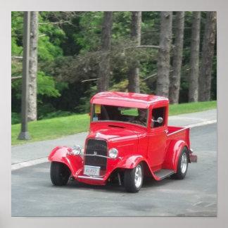 Camioneta pickup antigua clásica del rojo de v8 póster
