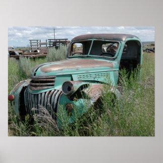 Camioneta pickup vieja en foto del campo impresiones