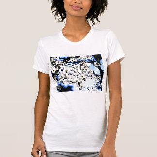Camisa blanca floreciente del dogwood