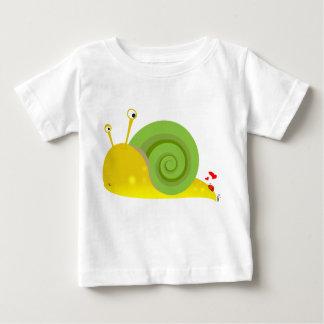 Camisa confusa del niño del caracol