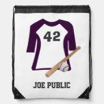 Camisa del béisbol con el palo y la bola mochila