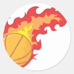 Camisa del fuego rojo del baloncesto pegatina redonda