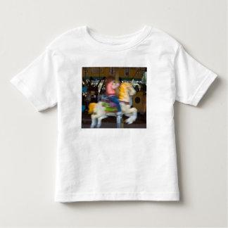 Camisa del niño con el niño en un carrusel
