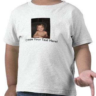 Camisa del niño con la imagen y el texto de encarg