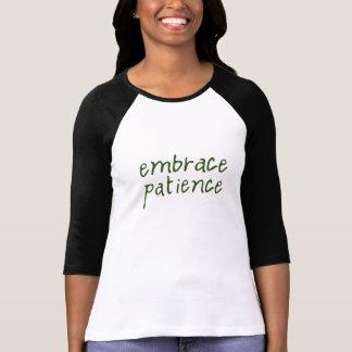 Camisa del raglán de la paciencia del abrazo