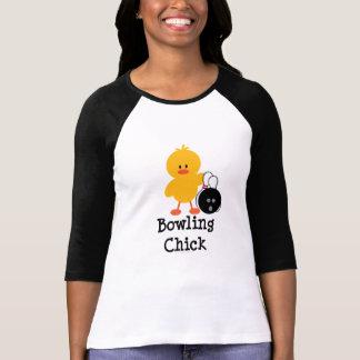 Camisa del raglán del polluelo de los bolos
