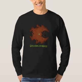 camisa geocaching en el proceso para el geocacher