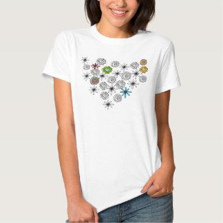 Camisa negra de la flor del blanco y del color