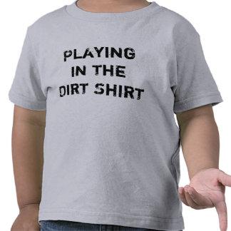 Camisa para conseguir el juego sucio en el niño de