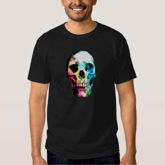 Camisa punky coloreada del cráneo en oscuridad