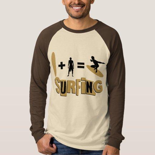 Camisa que practica surf