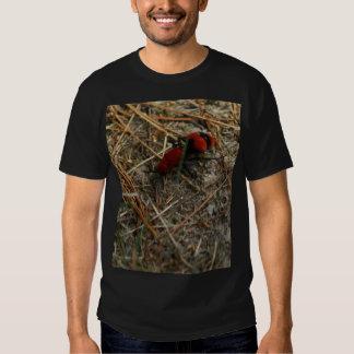 Camisa roja de la hormiga del terciopelo