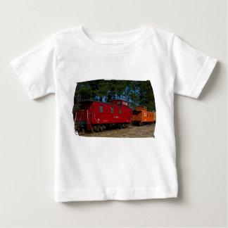 Camisa roja y anaranjada del niño del Caboose