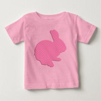 Camisa rosada del conejito de pascua de la silueta