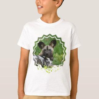 Camiseta africana de la juventud del perro salvaje