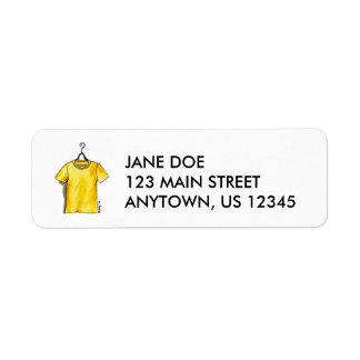 Camiseta amarilla en etiquetas de la moda de la etiqueta de remitente