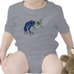 Camiseta azul de la rana y de la libélula