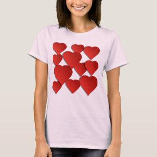 Camiseta básica de la imagen roja de los corazones