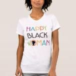 Camiseta blanca feliz de la mujer negra