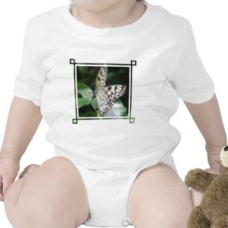 Camiseta blanca y negra del bebé de la mariposa