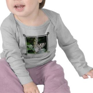 Camiseta blanca y negra del niño de la mariposa