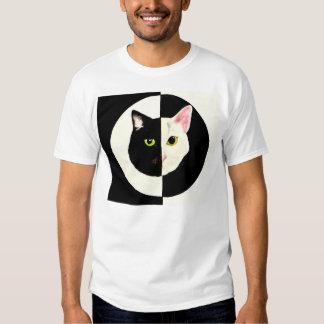 Camiseta blanco y negro de los gatos de Yin yang Playeras